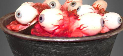 Der Hit auf jeder Halloween-Party: Eine Schüssel mit Augen – richtig eklig-gruselig. Die Schüssel samt Augen findet ihr hier im Shop.