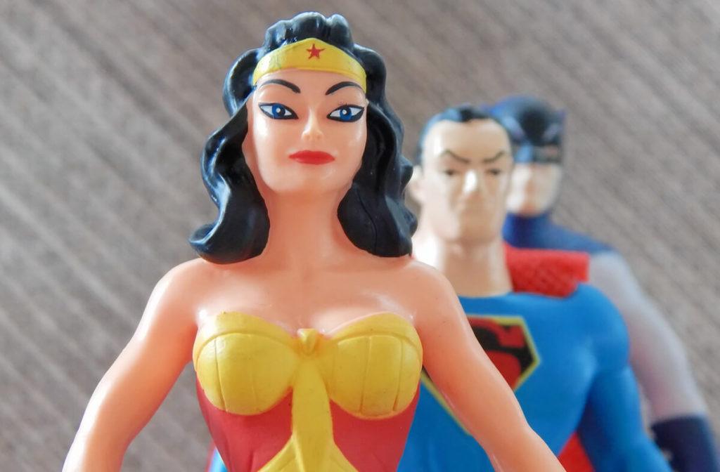 Wonder Women, Super Man und Bat Man sind nur drei der vielen Helden aus unserer Kindheit (Foto: ErikaWittlieb/Pixabay).