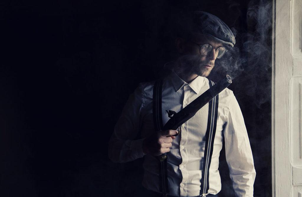 Mit der passenden Mafia-Verkleidung kann man auf jeder 20er Jahre Party sein Unwesen treiben – vollkommen stilecht natürlich.